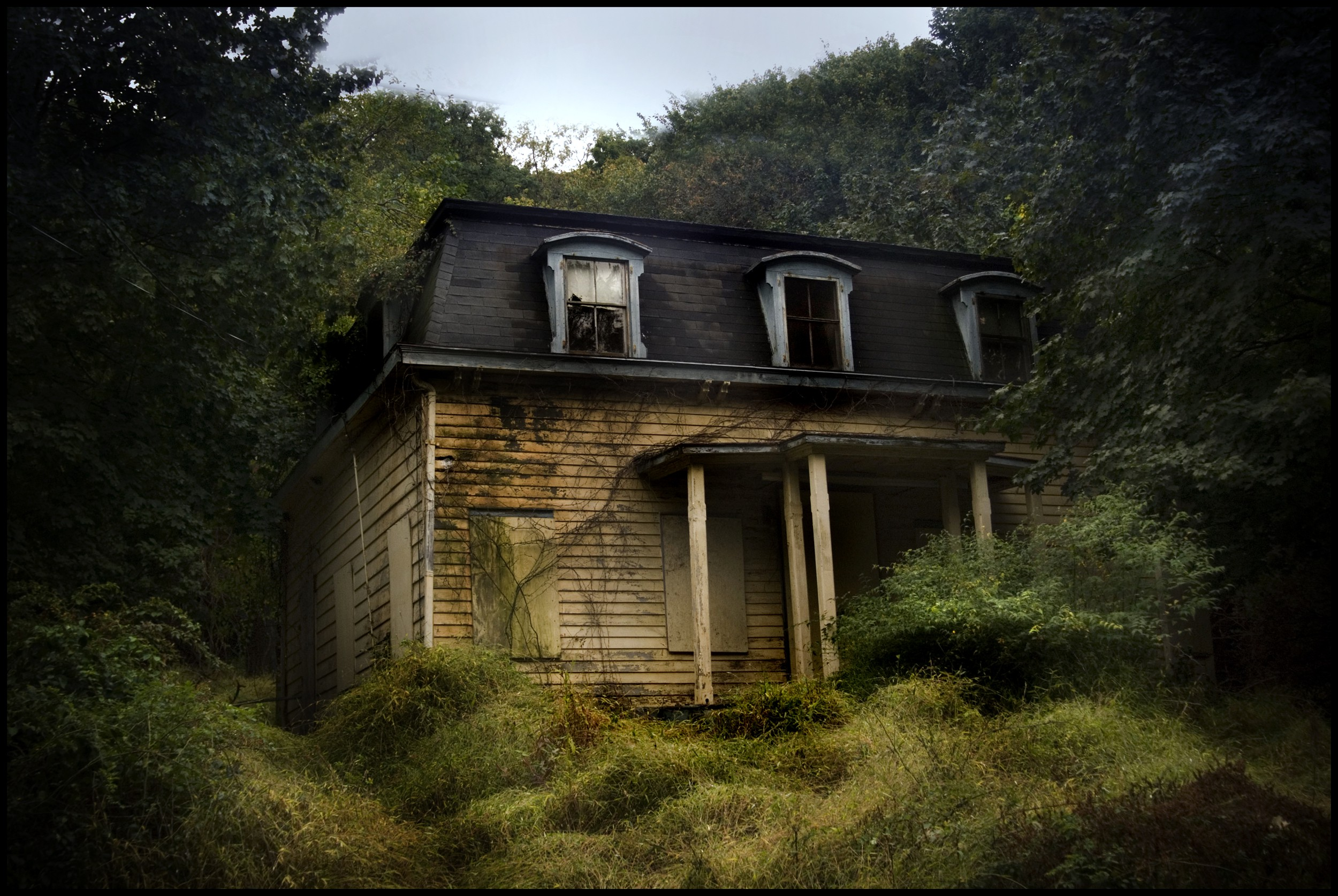 Haunted House Full HD WideScreen black,green,white 2500x1675 Desktop and Mobile Wallpapers