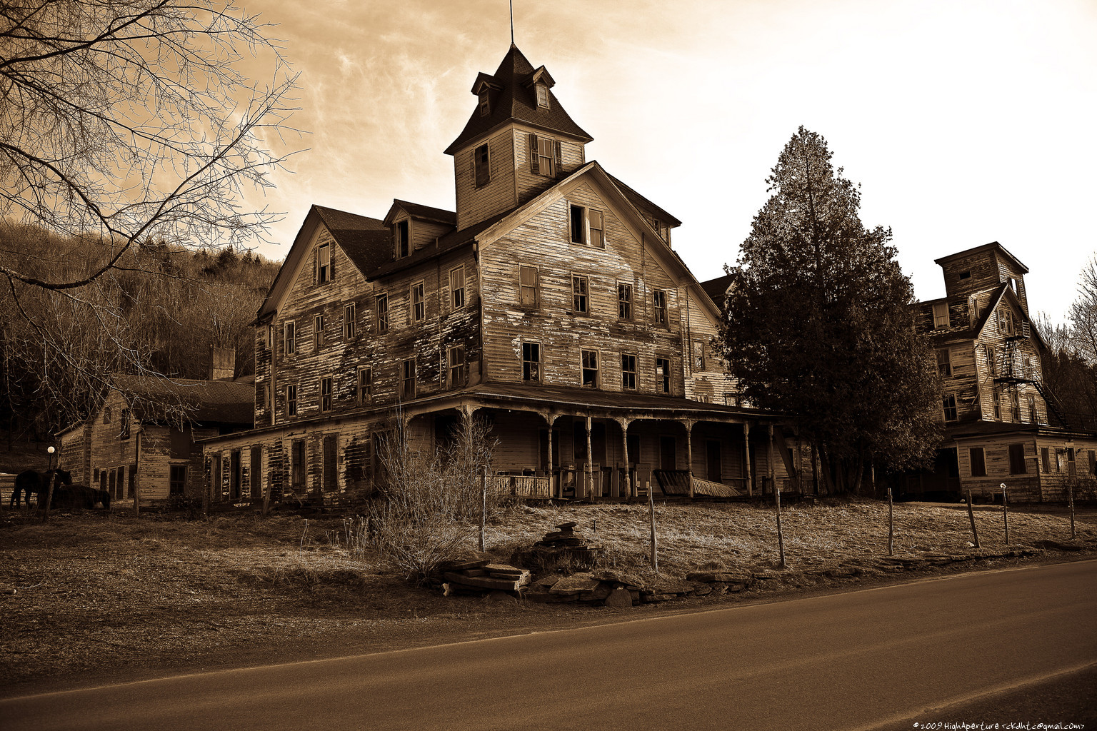 Haunted House HD 1536x1024 brown,white,black Photos
